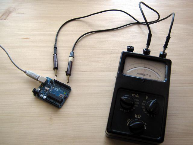 Starý Avomet II připojený na digitální pin 3 Arduina.