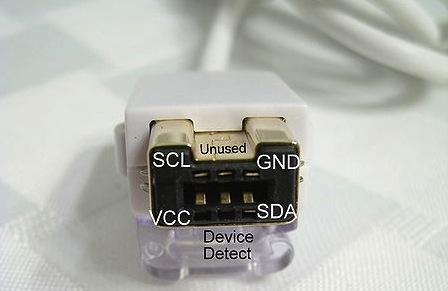 Konektor ovladače Wii Nunchuk.