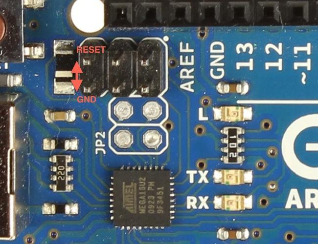 Uno revize 2 nebo 3 lze přepnout do DFU módu krátkým spojením dvou pinů vlevo na ICSP konektoru.