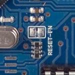 Plošky RESET-EN umožňují softwarový reset Arduina.