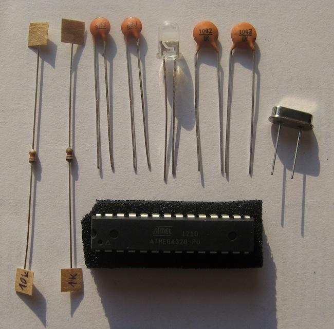 Stavebnice uDuino obsahuje 9 součástek a podrobný návod, jak vše zapojit a oživit.