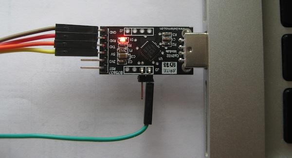 USB-UART převodník s čipem CP2102.