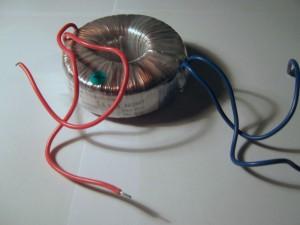Moderní toroidní transformátor 12 V/5 A.