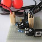 Detail obvodu. V pravém dolním rohu je tranzistor BD135.