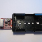 Čínský DC/DC měnič a plastové pouzdro pro baterie.