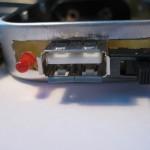 Pohled zboku na USB konektor, spínač a indikační LED.