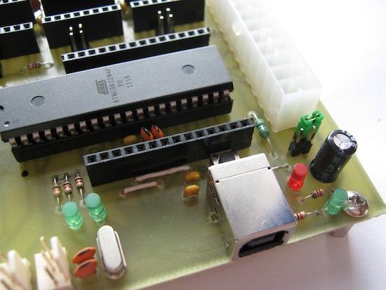 Zelený jumper v pravé části připojí elektroniku k 5V stand-by, které poskytuje ATX zdroj.