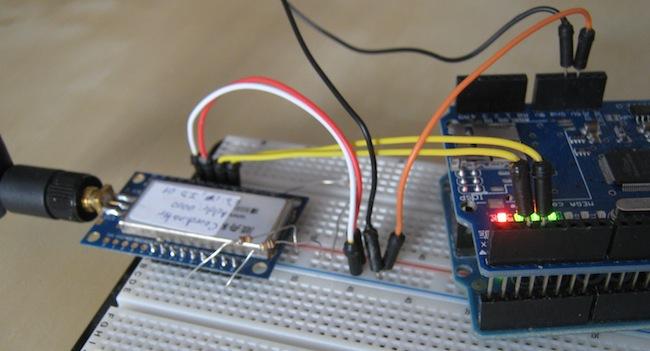 Přijímací část je momentálně improvizovaně zapojena na nepájivém poli. Arduino, Ethernet shield a ZigBee.
