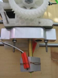 První verze trysky. Příliš velká kovová plocha se dotýká plastové části. Teplo pak taví plast.