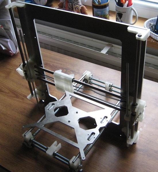 RepRap i3: zatím jen hruhá stavba, bez motorů a dalších částí.