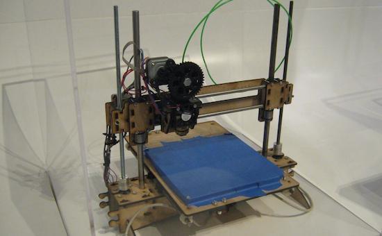 V říjnu jsem byl na Londýnském Comic Conu a mimo jiné navštivil technické muzem. Zde je 3D tiskárna, kterou měli ve výstavě zaměřené na 3D tisk.