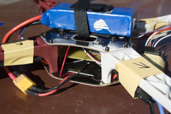 DPS s elektronikou je uprostřed, nahoře baterie se suchým zipem, vlevo dole je konektor XT60.