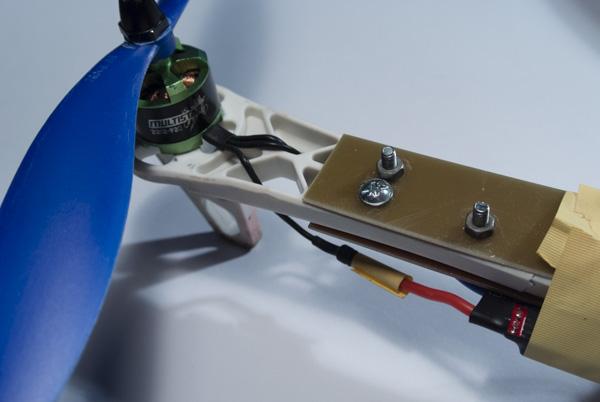 Oprava prasklého rámu. Stačily dva pásky DPS a 5 šroubků.