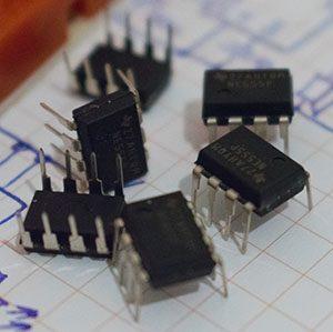 Obvody NE555 v plastovém pouzdru s 8 piny.