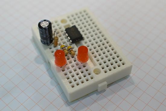 """""""Semafor"""" realizovaný na nepájivém poli. Pouze součástky bez vodičů a baterie."""