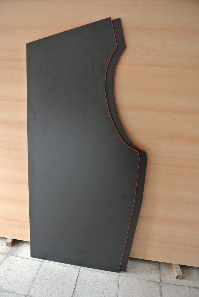 Nařezané a ohraněné boky budoucího automatu. Materiál LTD tl. 18mm.