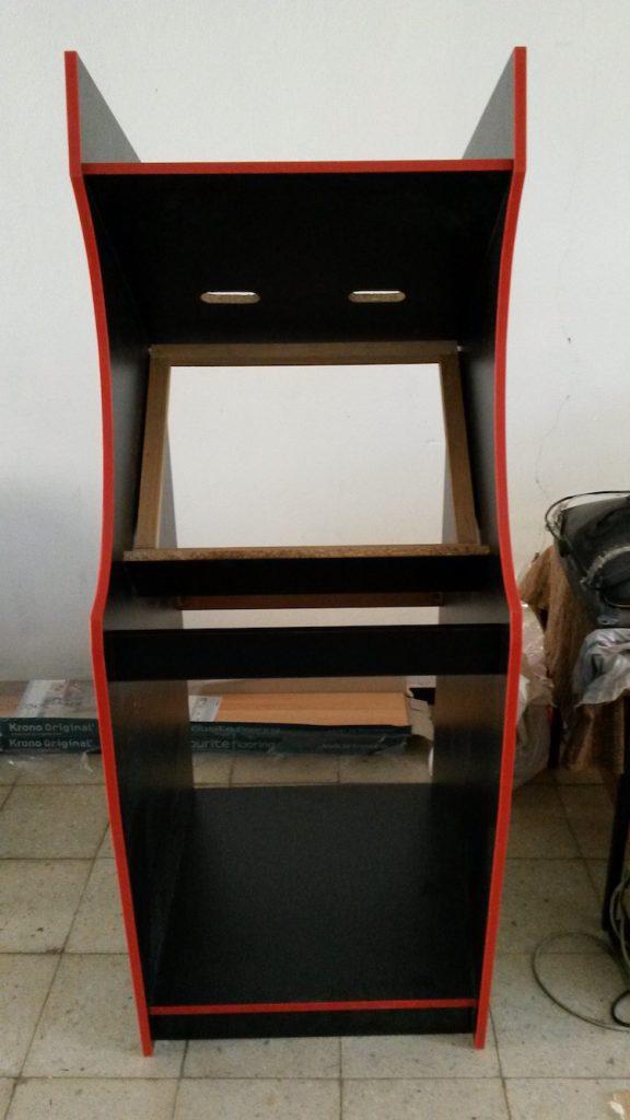 Kostra automatu s bukovým rámem držící televizor a zatím bez dvířek a horní desky.