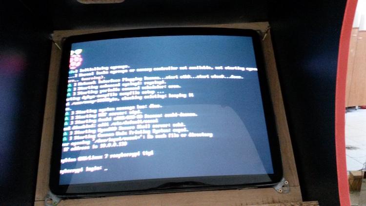 První boot a nastavování RetroPie. Tady je mimochodem pěkně vidět detail uchycení monitoru v rámu.