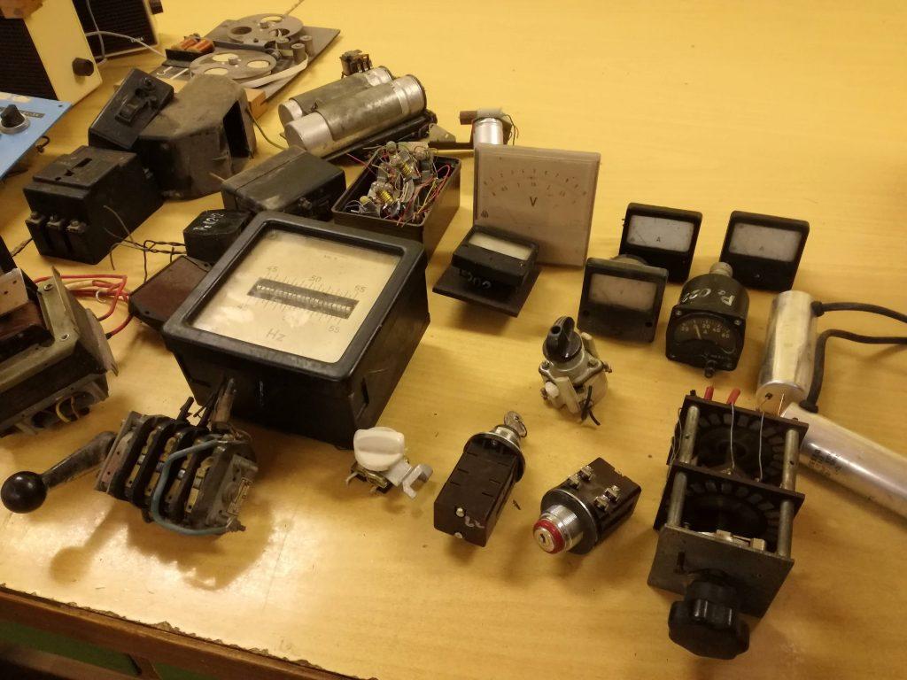Různé přepínače, voltmetry a ampérmetry.