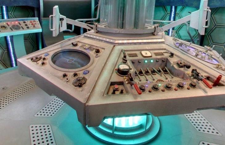 Ukázka konzole TARDIS ze seriálu Doctor Who.